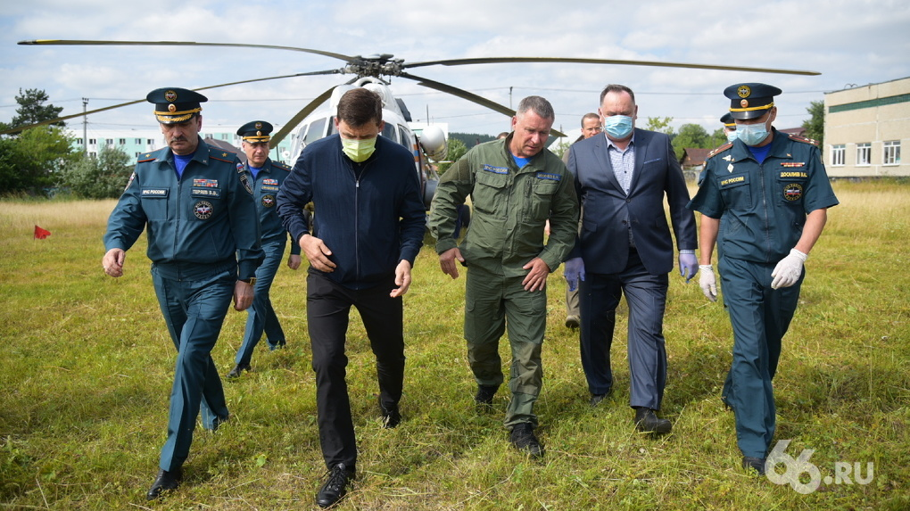 Министр МЧС Евгений Зиничев осмотрел затопленные Нижние Серги и похвалил всех за работу
