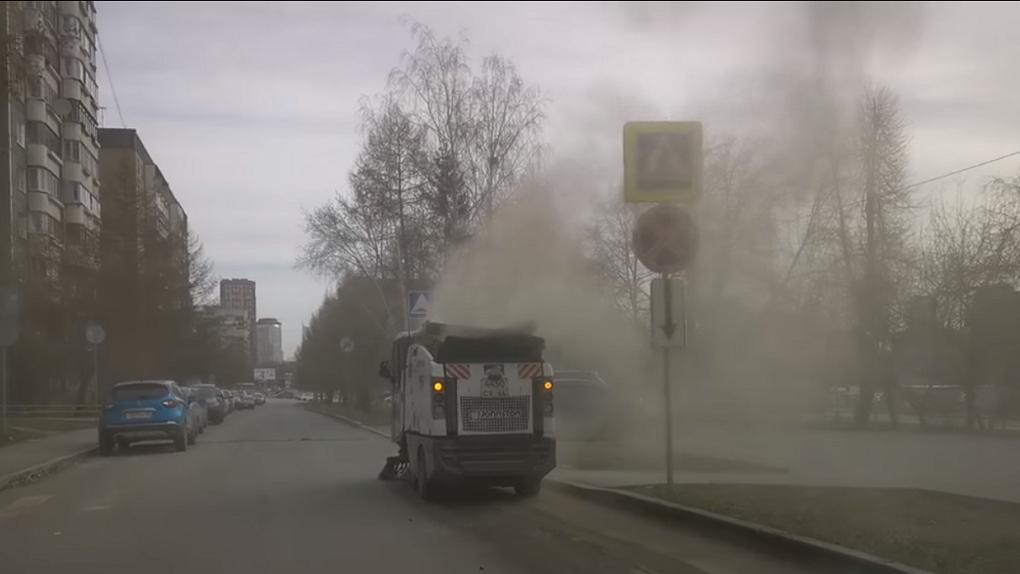 Коммунальная техника создает облака пыли вместо того, чтобы их уничтожать. Почему так и кто виноват