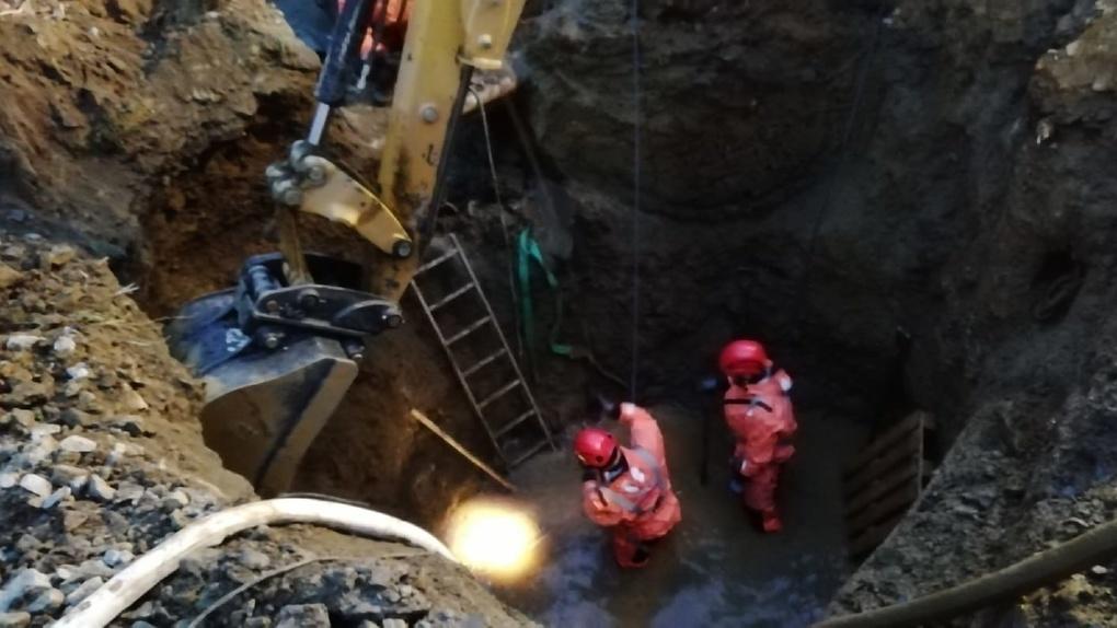 В Екатеринбурге обвалился котлован с рабочими, под завалами погиб человек. Фото