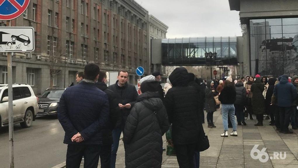 Из здания администрации Екатеринбурга эвакуируют людей