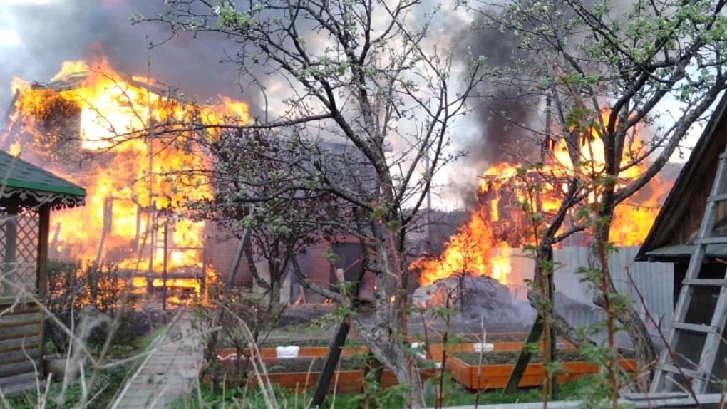 Спасатель снял на камеру, как тушил пожар в садах под Екатеринбургом. Видео от первого лица
