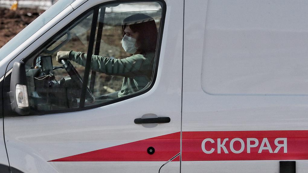 Контактного врача с симптомами коронавируса три дня возили из больницы в обсерватор и обратно. Как так?