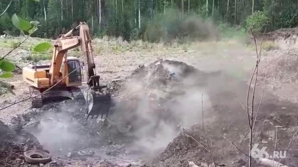 На Уралмаше опять загорелась нелегальная ядовитая свалка. Видео