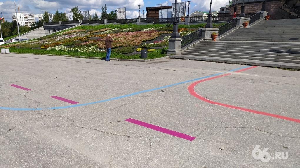 Маршрут не найден: центр Екатеринбурга превратили в лабиринт разноцветных туристических линий