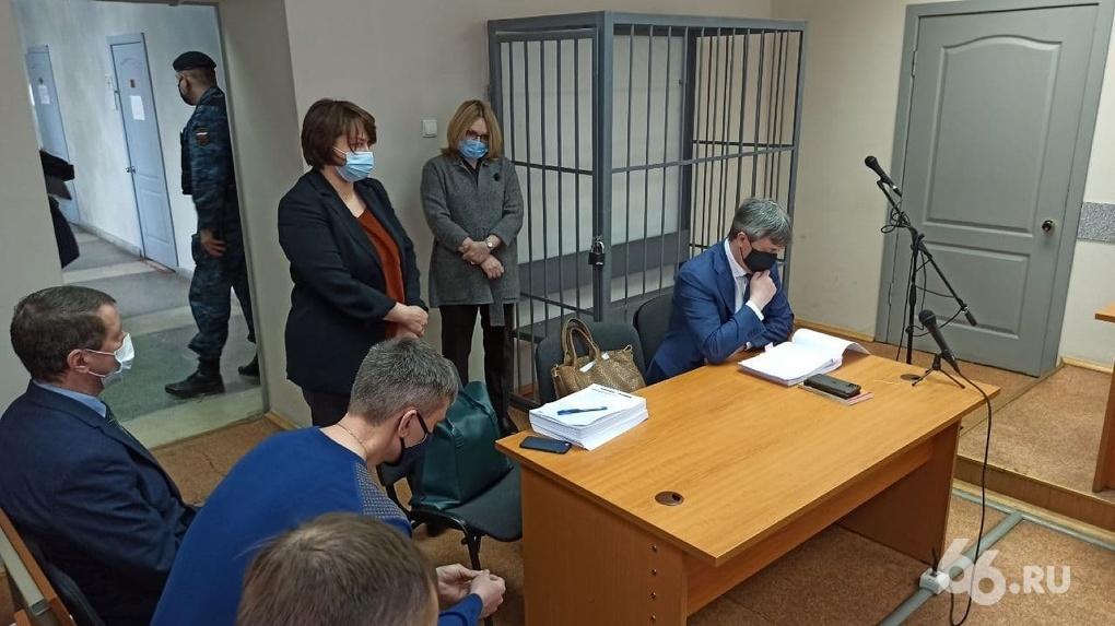 В Екатеринбурге за взятку судят двух высокопоставленных силовиков и адвоката. Хроника их уголовного дела