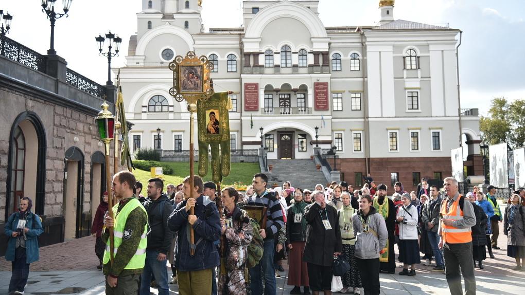 Екатеринбургский митрополит позвал верующих на крестный ход в Царские дни