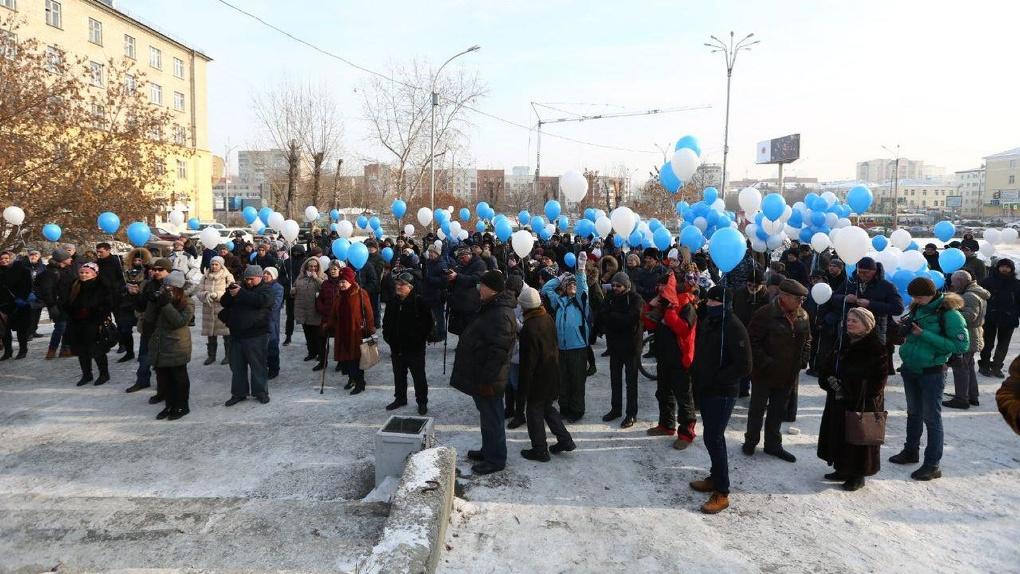 На защиту недостроенной телебашни вышли 132 человека с шариками. Фоторепортаж с митинга отчаяния