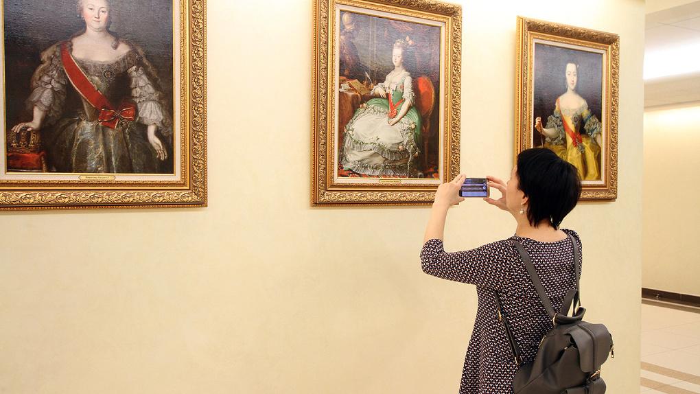 «У нашей страны — женское лицо». В Екатеринбург привезли редкие картины великих женщин Российской империи