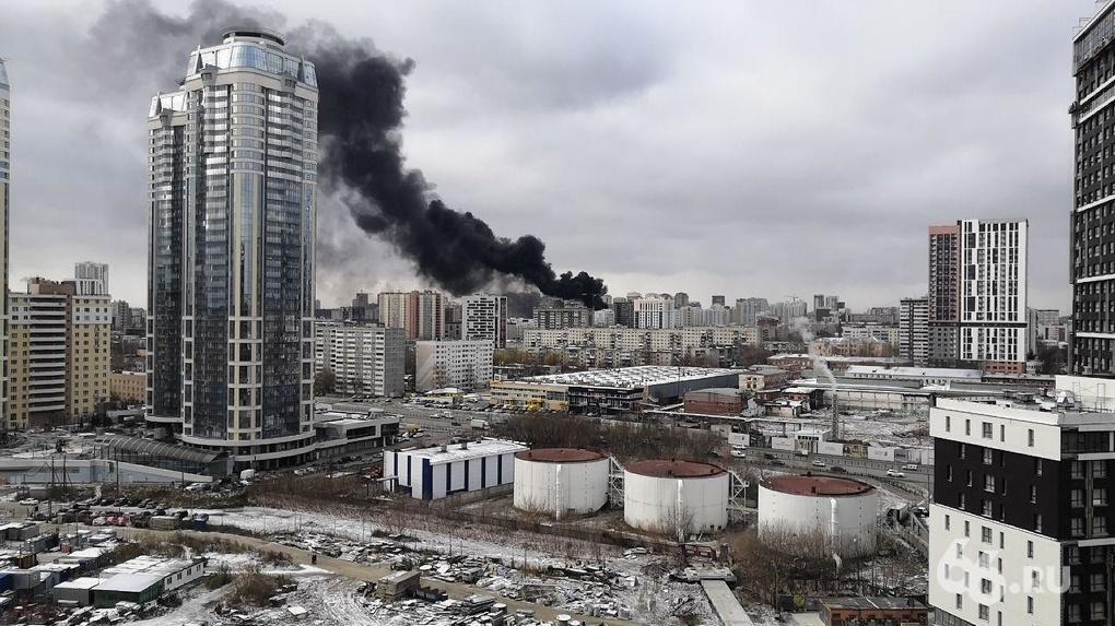 У южного автовокзала горело недостроенное здание ЖК «Квартал Федерация». Фото и видео крупного пожара