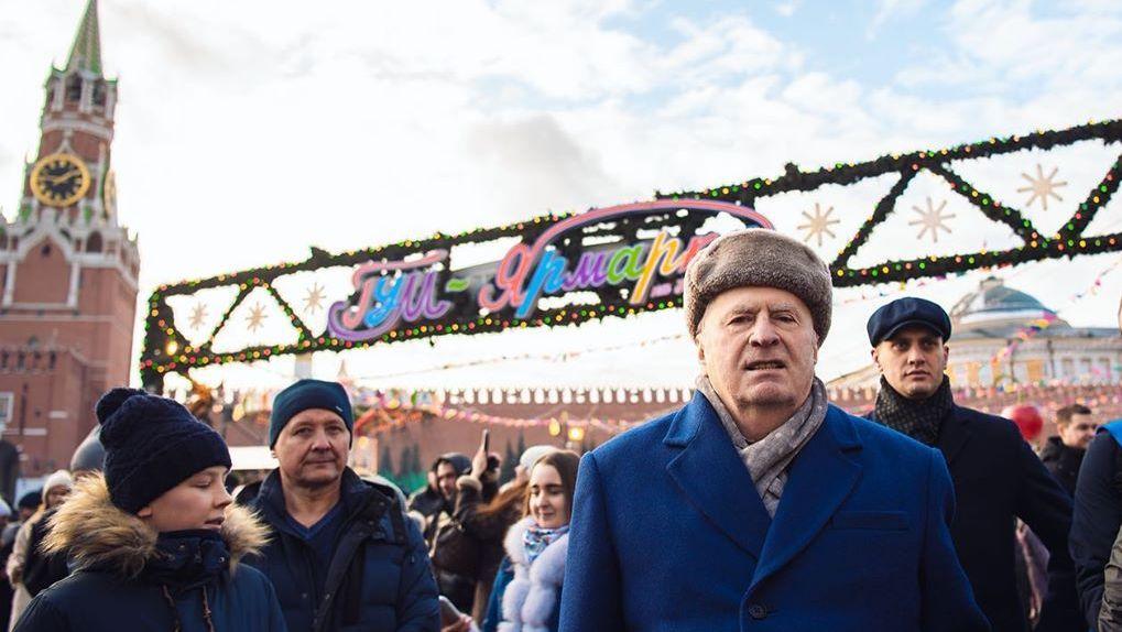 «Сироты, крепостные, холопы». Жириновский раздал по тысяче рублей всем желающим на Красной площади