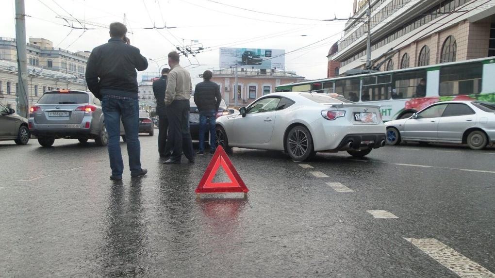 Кривую «зебру» вцентре Екатеринбурга оставят напотеху туристам