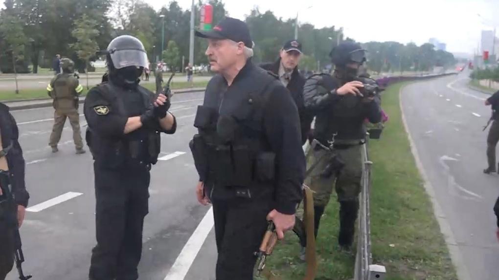 Александр Лукашенко с автоматом стал лучшим косплейщиком мира. Комиссар Жибер, Джокер и другие образы