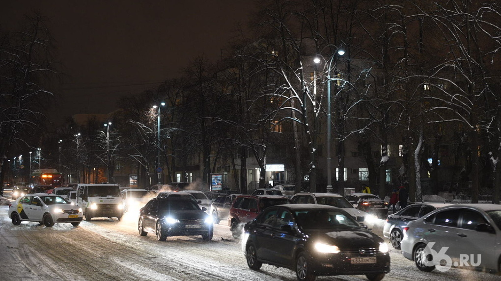 Екатеринбург остался без гирлянд за 13 дней до Нового года. Просто посмотрите, как украсили другие города