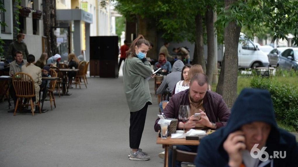 В Екатеринбурге открылись летние веранды кафе и ресторанов. Фоторепортаж