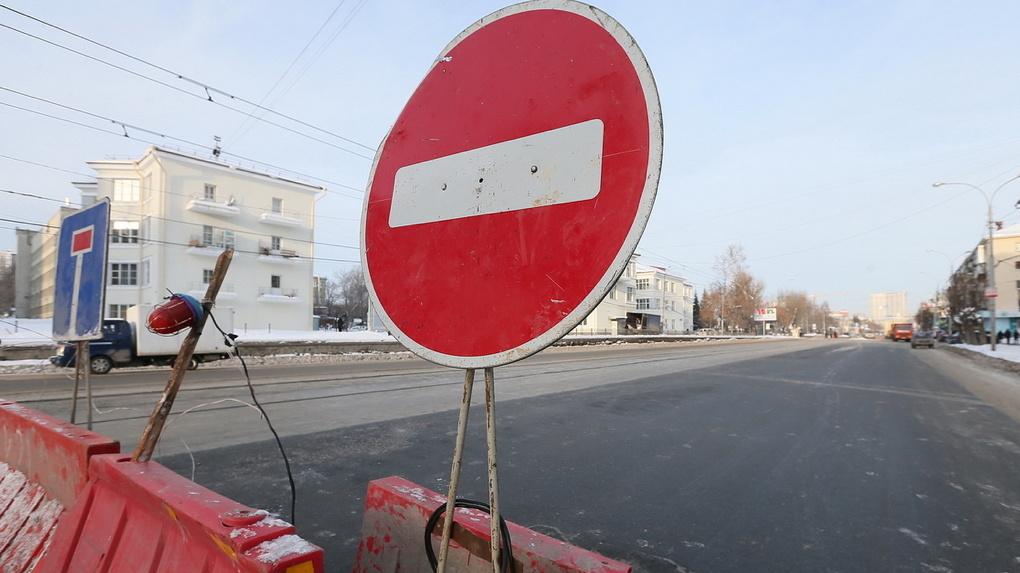 На Уралмаше из-за ремонта сетей на три недели перекрыли улицу
