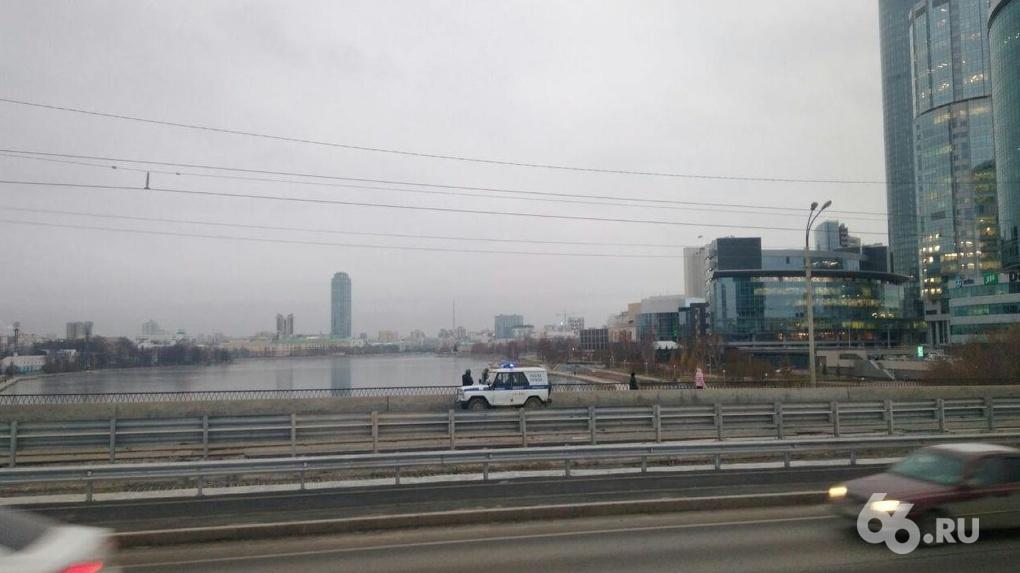 На Макаровском мосту повесили мешок, похожий на человеческое тело
