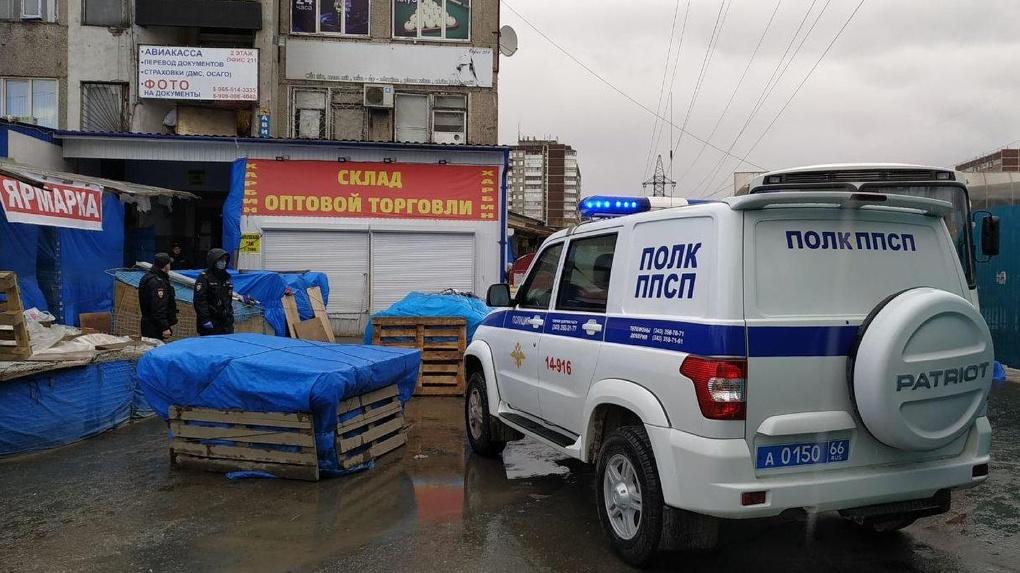 Полиция и Роспотребнадзор устроили облаву на вещевом рынке на Сортировке
