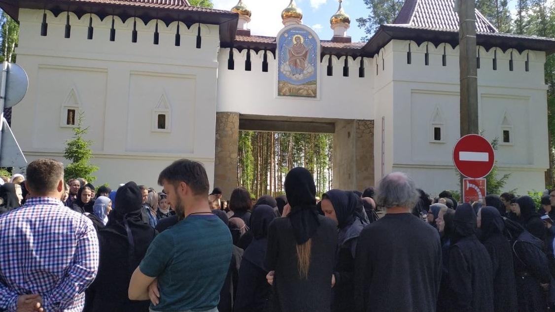 Опальный отец Сергий захватил монастырь в Среднеуральске: по периметру выставили казачьи патрули