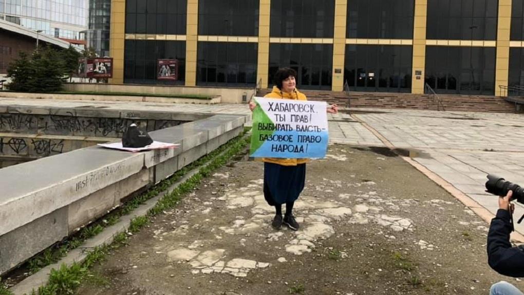 «На одного пикетчика – 10 полицейских». У Драмтеатра проходят акции в поддержку Хабаровска и Белоруссии
