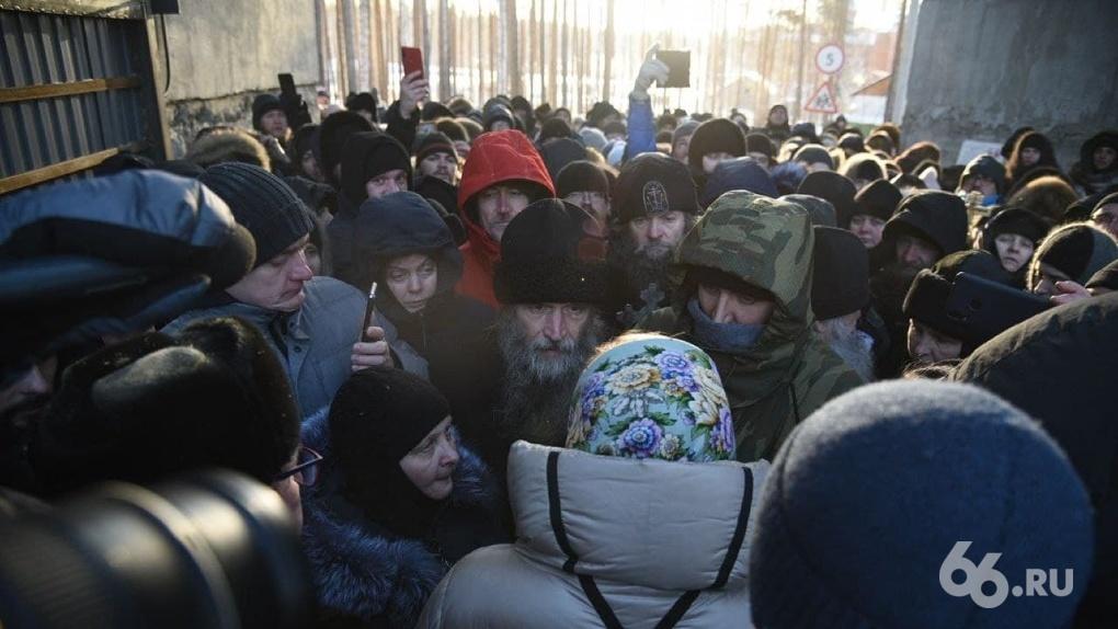 Сторонники отца Сергия окружили монастырь и забаррикадировали вход. Фото
