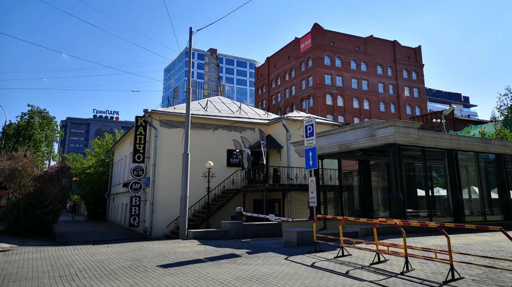 В Екатеринбурге выставили на продажу старинный особняк возле «Покровского пассажа»