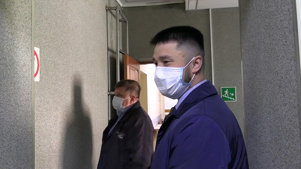 В Екатеринбурге судят водителя, подравшегося со следователем на золотом Lexus. Ему грозит 2 года колонии