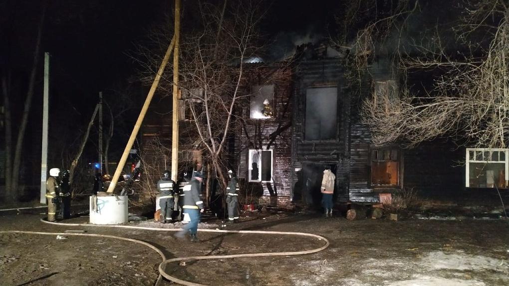 Ночные пожары начались еще в одном районе. В горящем бараке в Пионерском погибли семь человек