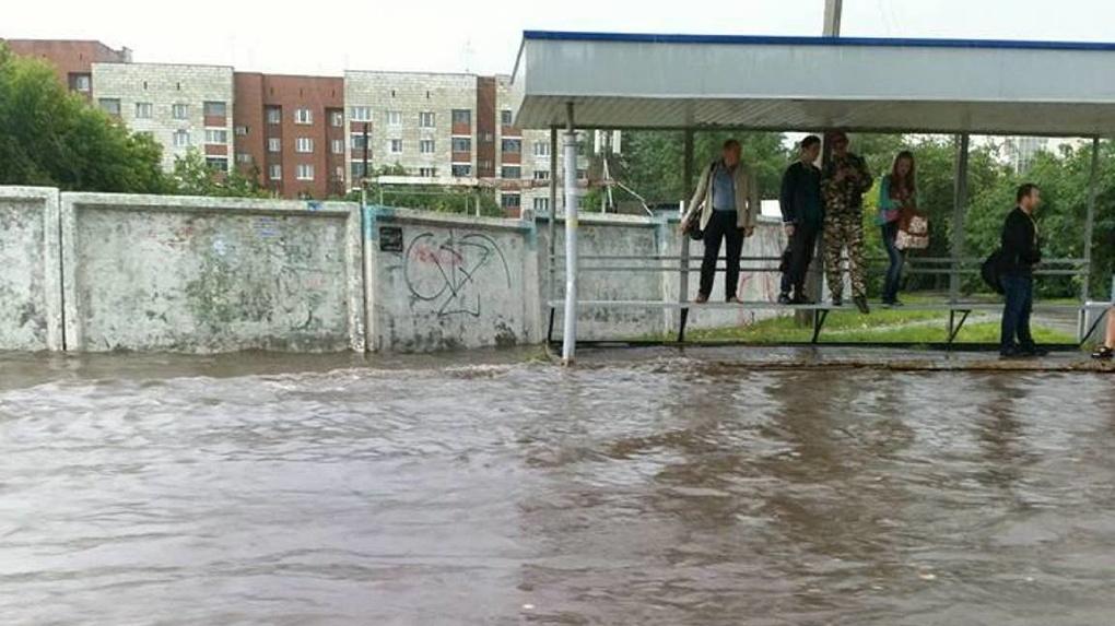Дороги превратились в реки, люди не могут выбраться с остановок. За 10 минут дождь затопил Екатеринбург