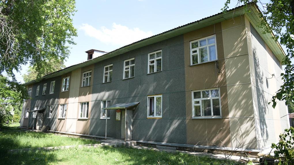 В Екатеринбурге на месте деревянного барака построили опасный для жизни дом