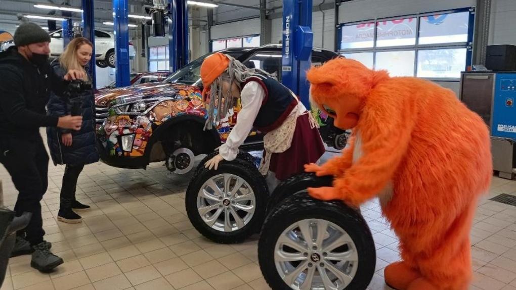 Сказочное авто BY снова бегает: колеса лично поменяла BABA YAGA