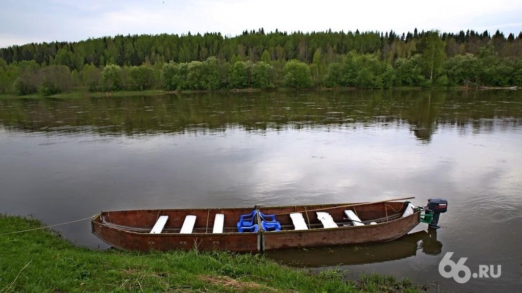 На севере области перевернулась лодка с взрослыми и детьми. Трое погибли, двоих ищут спасатели