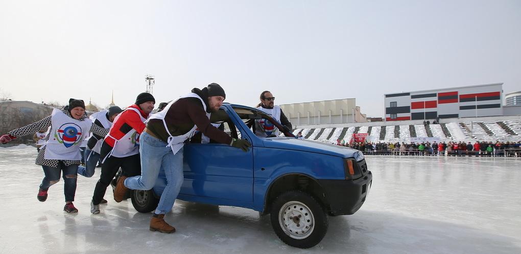 На льду «Юности» сыграли в керлинг автомобилями «Ока». Репортаж 66.ru