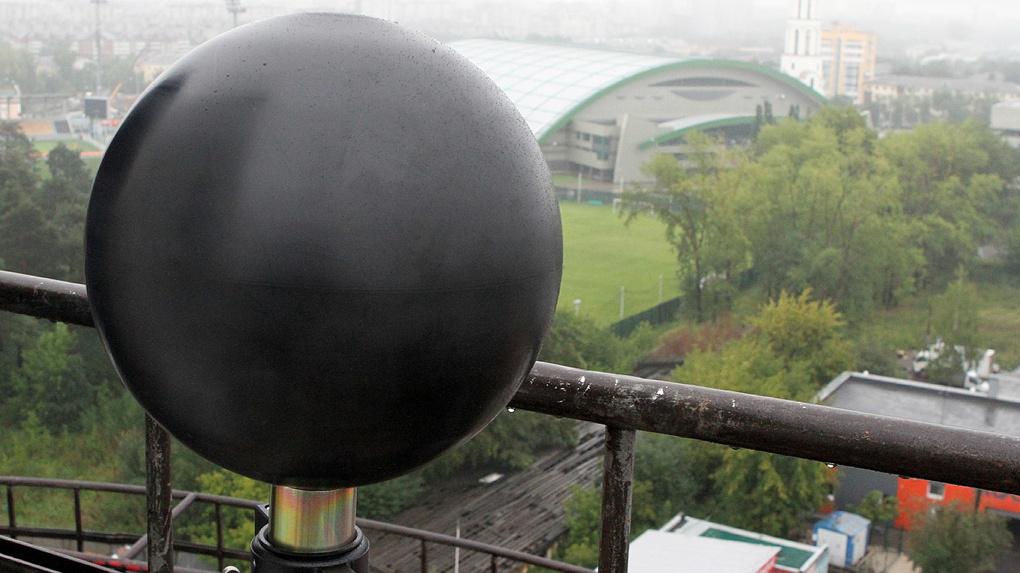 На Белой башне установили черный шар для изучения космической радиации. Фото