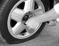 На Эльмаше неизвестные прокалывают колеса на стоянках