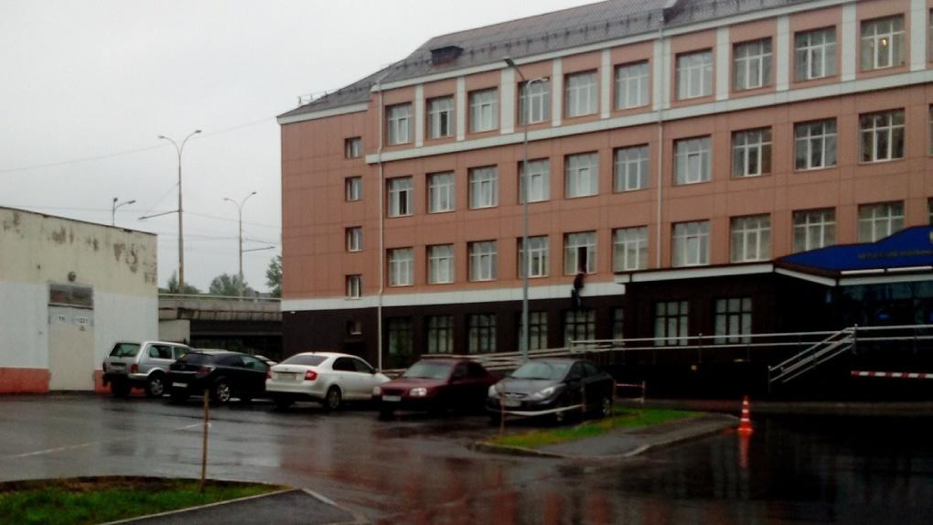 Неизвестный выпрыгнул из окна здания Кировского районного суда