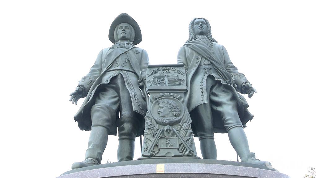 Автор памятника основателям Екатеринбурга снова пытается забрать монумент у города