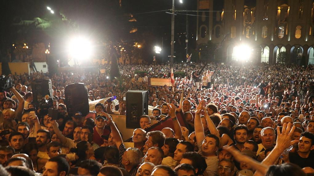 В Грузии оппозиционеры захватывают парламент и ненавидят Россию. Туда можно ехать на отдых?