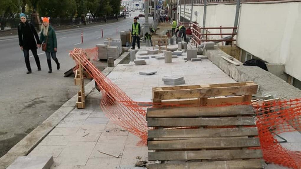 На Ленина, где за лето не успели отремонтировать тротуары, укладывают бракованную плитку. Фото