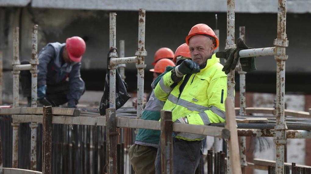 Мигрантов будут организованно ввозить на опустевшие стройки