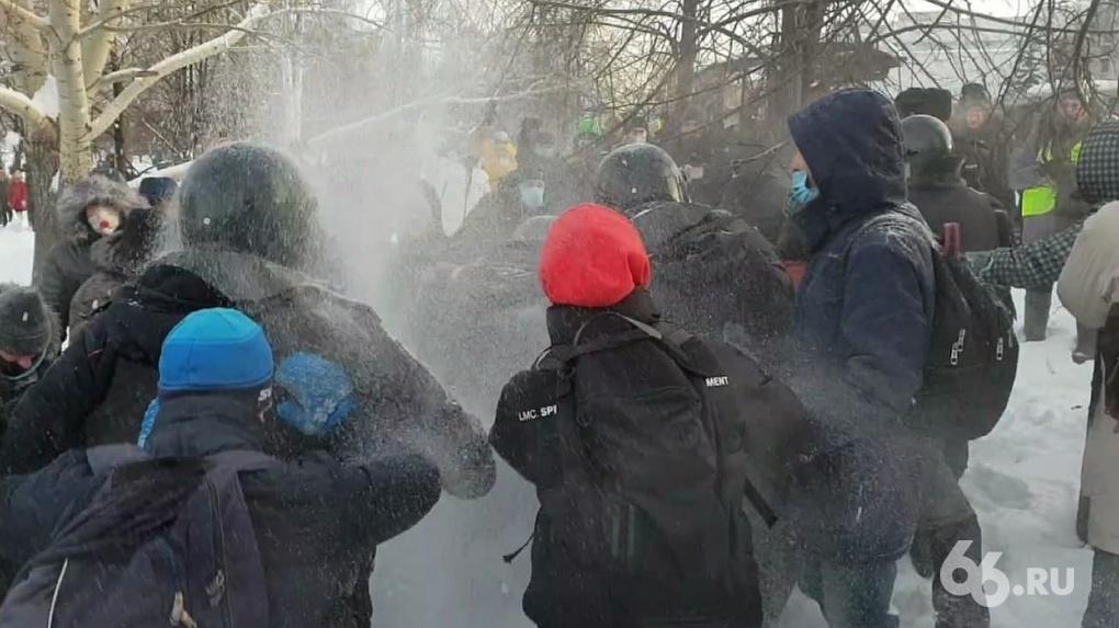 Из-за чего ОМОН оцепил сквер у Театра драмы. Полное видео первой драки с полицейскими на марше Навального