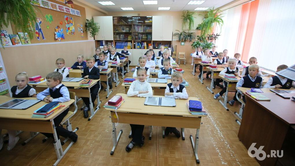 «Уроки проходят в фойе»: губернатора шантажируют выборами, чтобы в Косулино построили обещанную школу