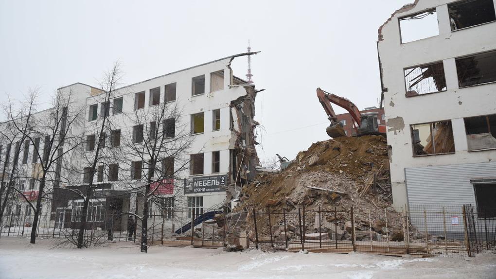 Корпорация «Маяк» снесла часть здания ПРОМЭКТа со стороны Белинского. Фоторепортаж
