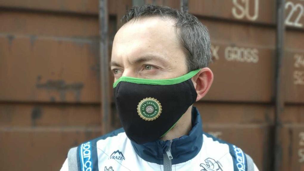 «Работаем в ноль, чтобы выплыть». Уральская компания начала шить защитные маски вместо штор и одежды