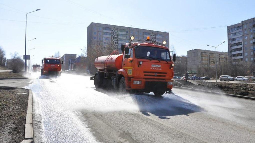В городах Свердловской области, окутанных смогом, будут поливать дороги и тротуары