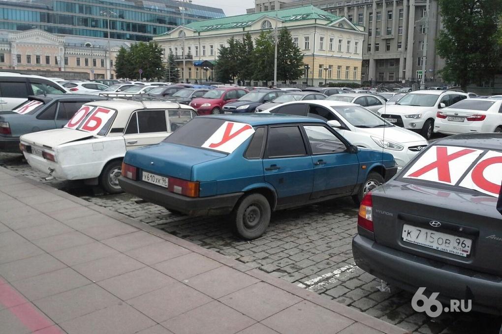 На машины под окнами мэрии наклеили огромные буквы «Якоб уходи!»