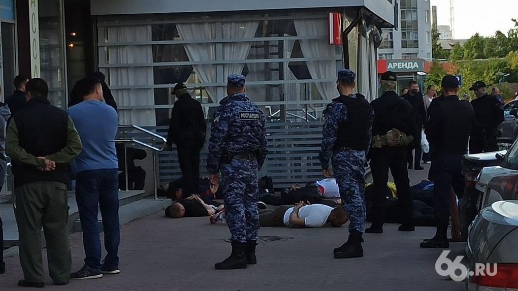 Силовики задержали 15 человек у кафе на ВИЗе, один из участников стрелки был вооружен. Все, что известно
