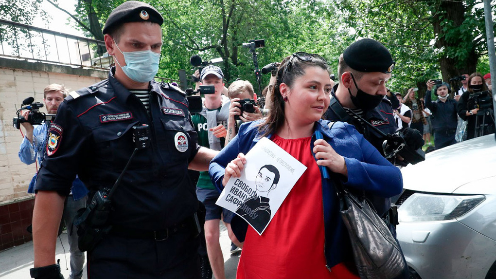 У Лефортово — массовые задержания журналистов. Они вышли поддержать бывшего коллегу Ивана Сафронова
