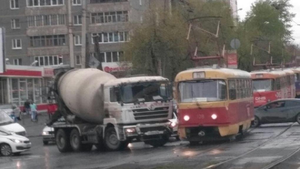 На Малышева бетономешалка врезалась в трамвай. Движение парализовано