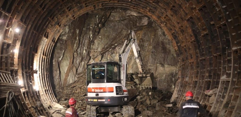 Взгляд из-под земли. Маленький экскаватор роет огромный тоннель под улицей 8 Марта