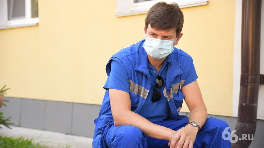 «Гуляющим по Вайнера людям надо показать очереди на КТ». Врач скорой помощи — о работе в пандемию